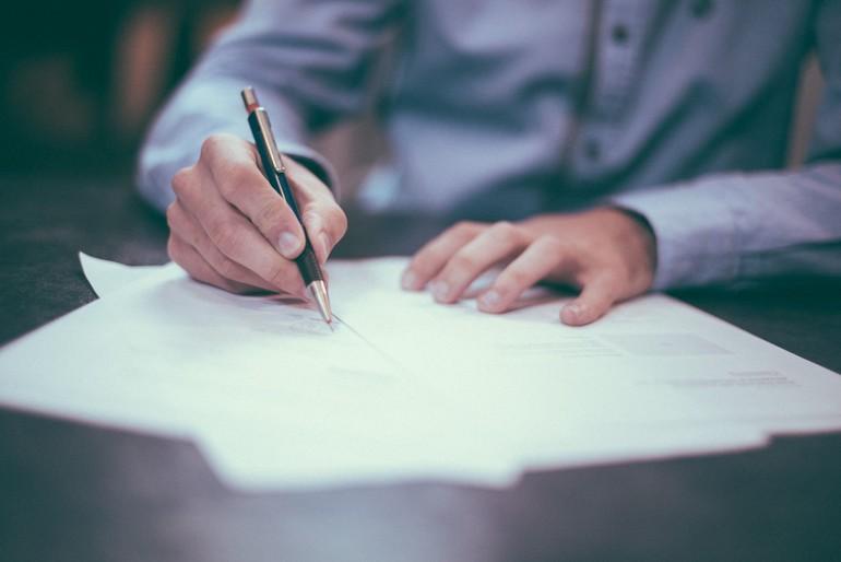 szerződésaláírás